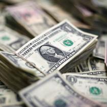 صورة لفئات مختلفة من الدولار التقطت يوم 12 فبراير شباط 2018. تصوير: خوسيه لويس جونزاليز - رويترز